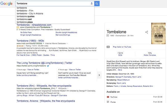 """Una página de resultados de búsqueda de Google para la palabra clave """"lápida"""".  Una lista desplegable debajo de la barra de búsqueda muestra las búsquedas sugeridas """"lápida sepulcral - película"""" y """"lápida sepulcral - ciudad de Arizona"""", así como """"lápida sepulcral"""" y """"pizza sepulcral"""".  Los resultados de la búsqueda se relacionan principalmente con la película Tombstone y también incluyen un Twitter usuario llamado TheLivingTombstone."""